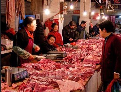 女子佯装肉摊买肉 小女孩趁机掏走万元现金