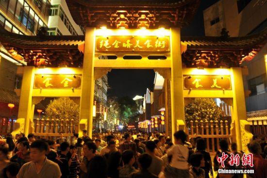 9月22日,为期18天的江西南昌绳金塔美食文化艺术节暨第十三届绳金塔庙会正式拉开帷幕。当晚,绳金塔下景色靓丽、美食汇集、节目精彩,吸引了大量市民和游客慕名而来,他们在这里可以尽情吃喝玩乐,享受惬意生活。绳金塔庙会作为南昌市一个特殊的节日,每年九月至十月在千年古塔绳金塔内举行。图为公园内通过3D裸眼灯光秀演绎千年金塔传奇故事,弘扬美食文化、夜游文化、夜市文化、街区文化。 刘占昆 摄