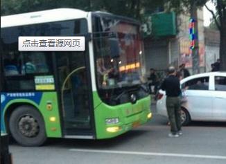 老人因无人让座拦公交2小时 称谁也别想走