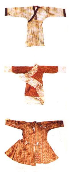 花纹的制作技术有织,绣,绘.纹样有各种动物,云纹,卷草及几何纹等.