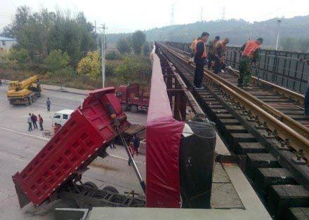 承德司机忘放后车斗撞弯铁轨 经承德列车全停运