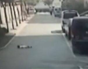 男童与母亲赌气趴路边耍赖 遭后方汽车碾压