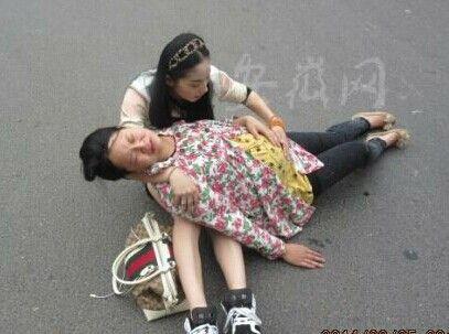 孕妇当街被撞倒无人管 豪车美女司机下车救人