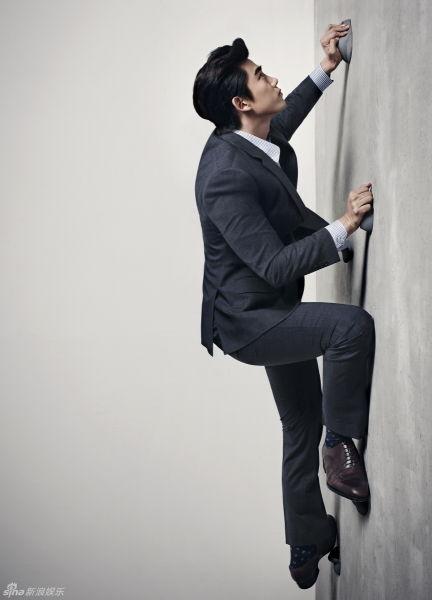 2PM玉澤演拍寫真西服攀巖秀別樣魅力