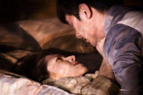 阮经天女友拍床戏吻到忘情