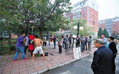 9月26日,燕郊东方御景小区,因为小区业主多次与物业保安发生冲突,遭保安殴打。业主马连华决定免费教授业主们功夫。A18-19版摄影 彭子洋 摄