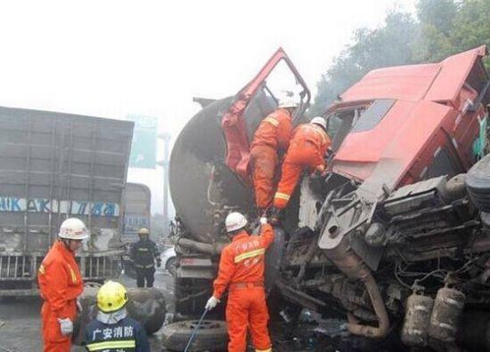 司机高速公路围观车祸拍照 致十车相撞两人死亡