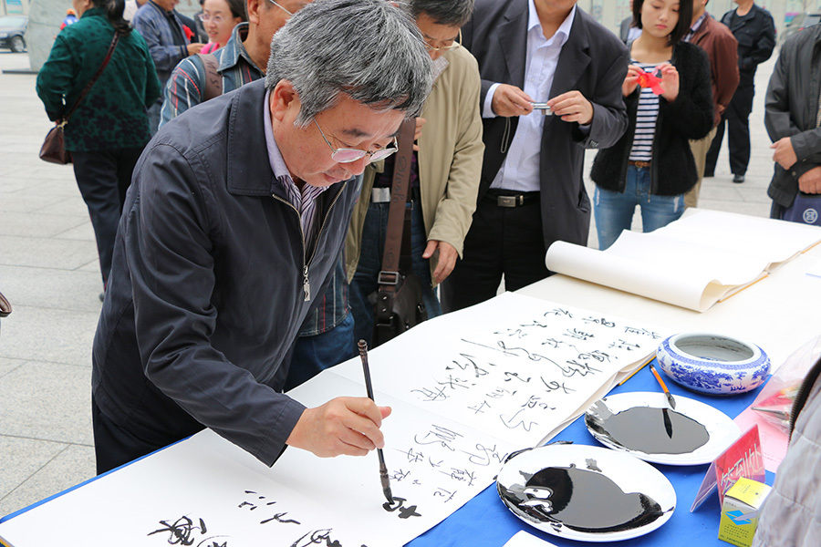 河北省政协、文史委副主任韩咏梅签到处留墨