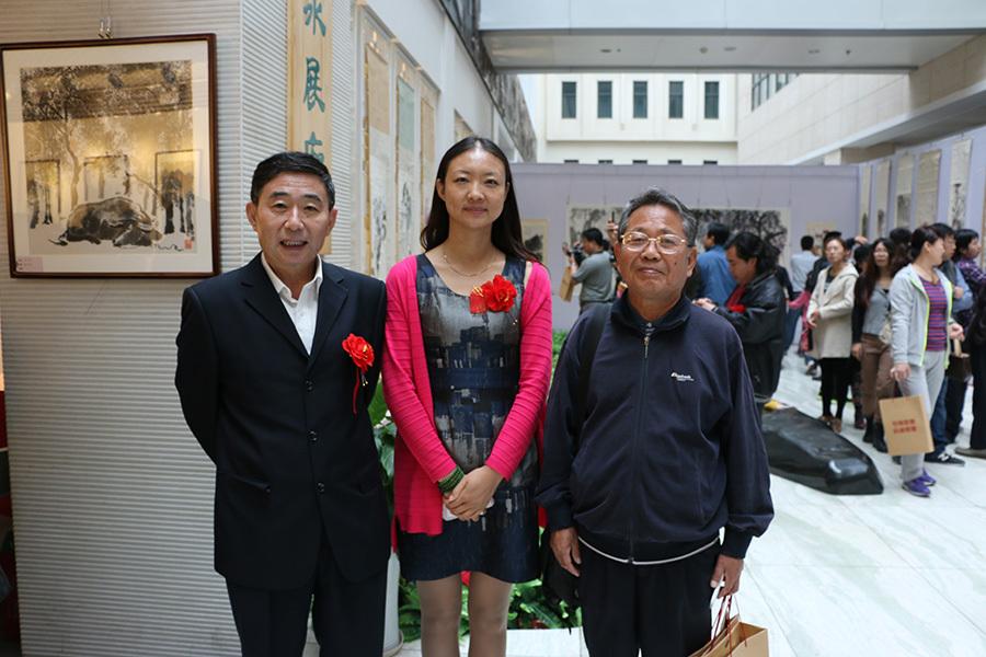 河北省文化发展促进会常务副会长邵邦贵(左)与河北省奇石协会常务副会长兼秘书长刘长跃(右)