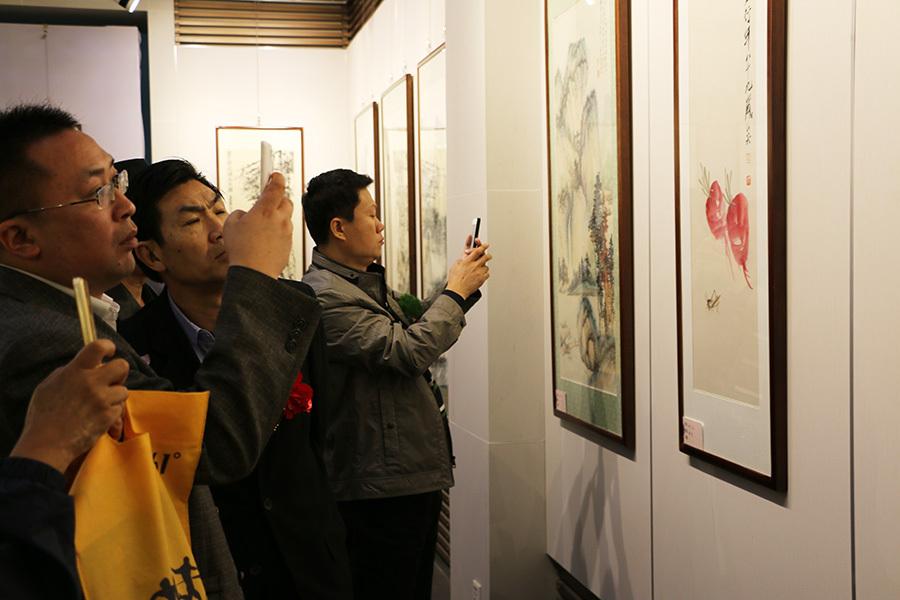 河北省文化发展促进会首届名家画展书画爱好者参观展览
