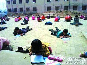 小学为防作弊让学生趴地上考试