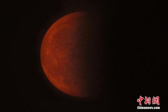 月全食沖破北京重重霧霾半顯身