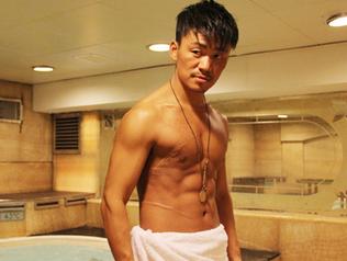 王宝强变身肌肉硬汉 镜头前大秀腹肌