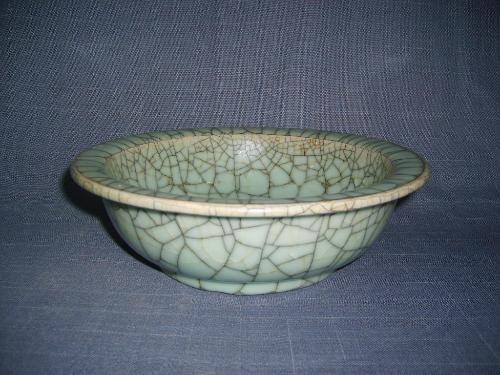 自然开支:瓷器年久,釉面出现局部或整体的冰裂纹,与哥釉的工艺开片