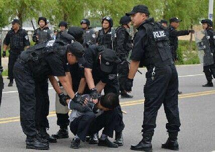 警方应急实战演练 意外抓获真逃犯