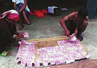 村民致富不愿将钱存银行 逢晴天院里晒钱防潮