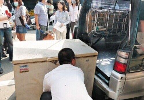 女子自杀被放冰柜十几天 村民凑钱求下葬