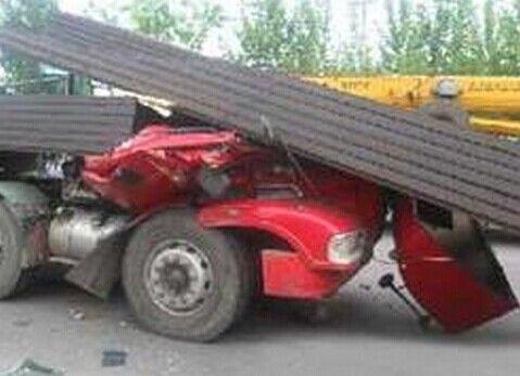 监拍超载车一脚急刹 满车钢条削平驾驶室