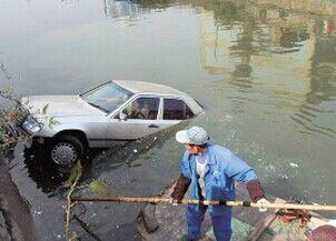 女司机倒车不慎开入河中 水中被困一夜后生还