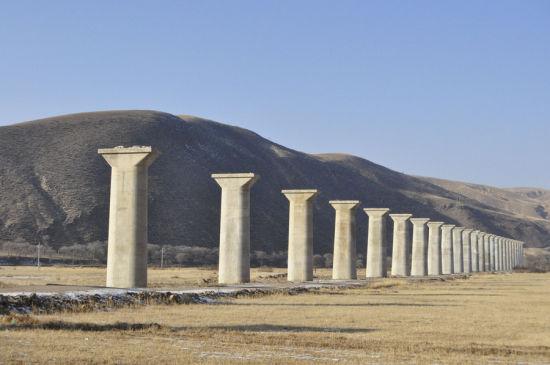已竣工的东漠河湾子特大桥。