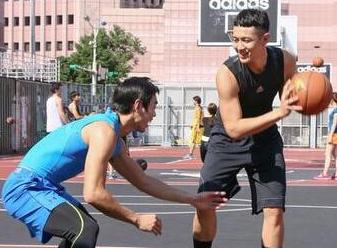 视频:柯震东现身打球 自称生活规律胖5斤