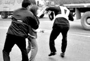 实拍悍妇违章停车被阻 打骂交警坐地撒泼