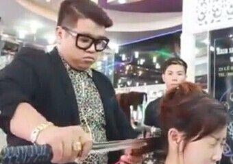 理发师用大刀给顾客剪发 速度超快