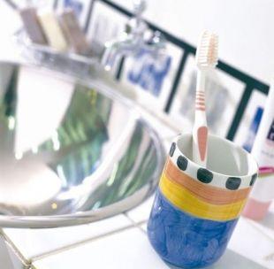 把牙刷放在洗脸盆的台面上