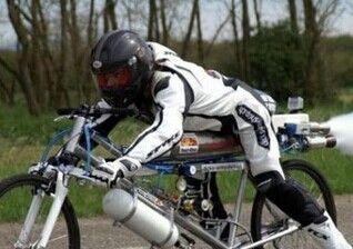 男子骑火箭自行车破世界纪录 时速333公里
