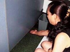 男子蹲女厕门外偷拍 被发现后不舍离去