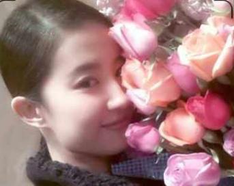 刘亦菲光棍节收玫瑰 神仙姐姐娇俏甜笑疑有恋情