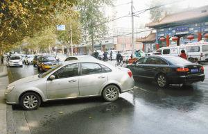 """轿车""""自动驾驶""""横在路中央。22270.COM燕赵晚报记者李志华 摄"""