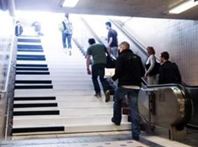 地铁站现钢琴台阶 上下楼可弹奏旋律