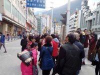 四川康定地震震中塔公乡数名学生因踩踏受伤