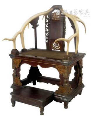 长案等硕大的家具,饰以龙凤蟒麟等花纹(图6),显示皇权的至高无上和