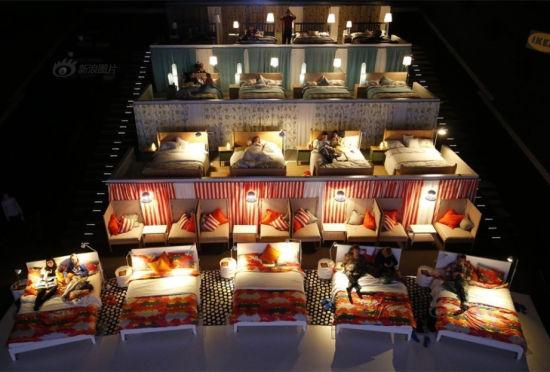 俄羅斯現床上影院觀眾躺著觀影富有情調