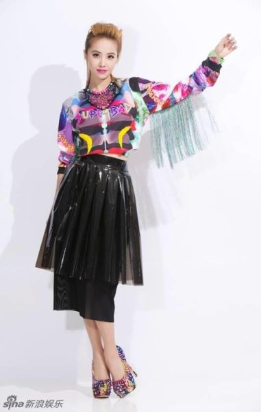 蔡依林拍新年寫真彩色流蘇上衣顯酷炫