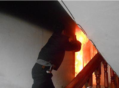 熊孩子为取暖烧作业本 不慎引大火祸及全楼
