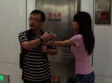 男子深夜电梯内猥亵女子 辩称此举缺德不犯法