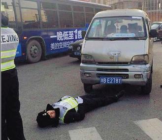 暴脾气司机不屑协警指挥 怒踩油门撞倒警察