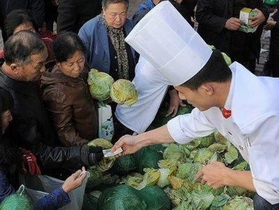 市场发放免费白菜 市民哄抢致八旬老太重伤