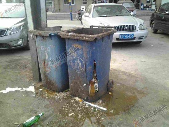 桥东区环卫部门呼吁市民提高素质   张家口新闻网讯 为保持公共场所的环境卫生,我市环卫部门在主次干道投放了大量的塑料垃圾桶。然而1月4日,记者在桥东区创业西路、铁道东街等路段看到,一些垃圾桶却被倒进大量的餐饮垃圾,甚至有市民还将未燃灭的煤渣倒入垃圾桶。记者从桥东区环卫处了解到,去年8月该处对辖区200多个垃圾桶全部进行了更换,仅仅4个月就有60个垃圾桶因人为原因损坏,直接经济损失达18000元。   当日,记者在创业西路看到,放置在道边的两个塑料垃圾桶已是伤痕累累,两个垃圾桶桶身不但满是污垢还多处开