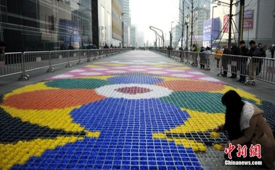 成都街頭19噸糖果鋪成地毯