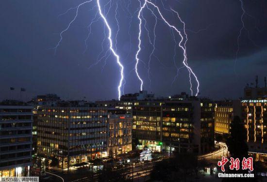 希臘雅典遭閃電襲城劃破夜空場面壯觀