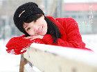 雪中的纯真少女很是可爱