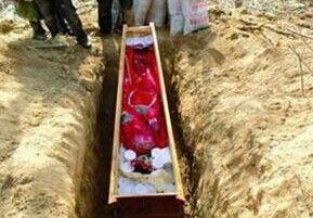 女尸下葬一个月后离奇消失 棺材盖崩成两半