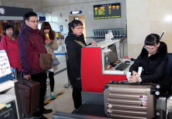 旅客正在办理行李托运手续