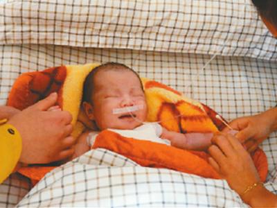 生父连捅18天大婴儿4刀 挥刀自残被送医