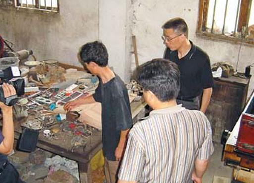 三男子购模具原材料合伙造一元假币