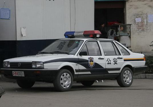 警察将公车喷涂成警车 干私活用车送货
